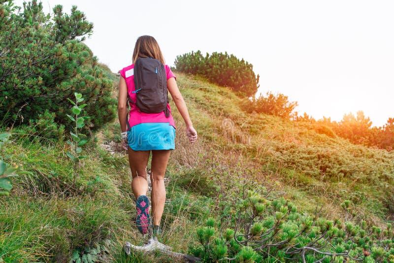 Muchacha durante un senderismo solamente en las montañas foto de archivo