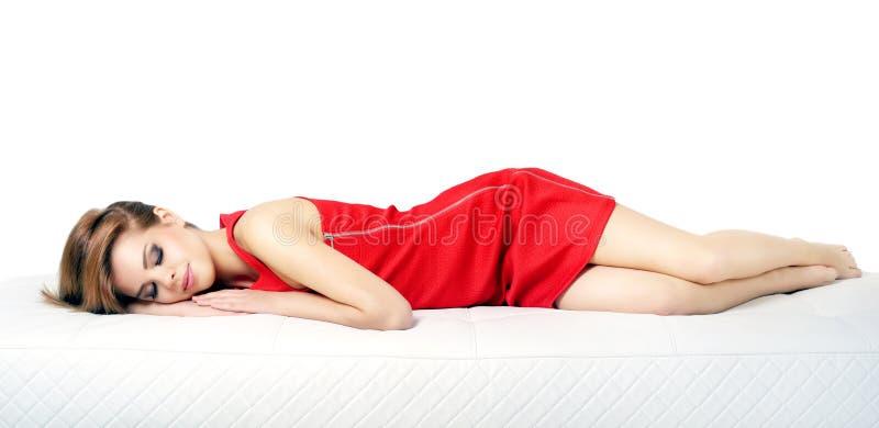 Muchacha durmiente. aislado en blanco imagen de archivo