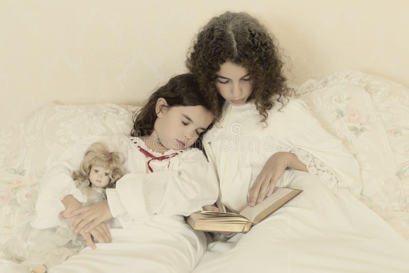 Muchacha durmiente del vintage foto de archivo