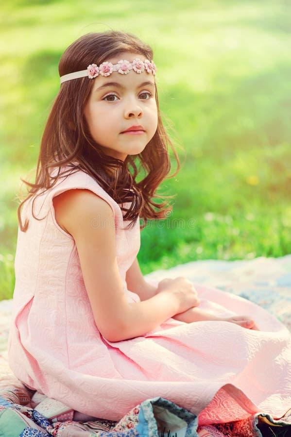 Muchacha elegante adorable del niño en jardín de la primavera fotos de archivo