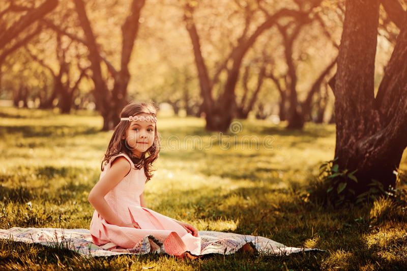 Muchacha elegante adorable del niño en jardín de la primavera imágenes de archivo libres de regalías