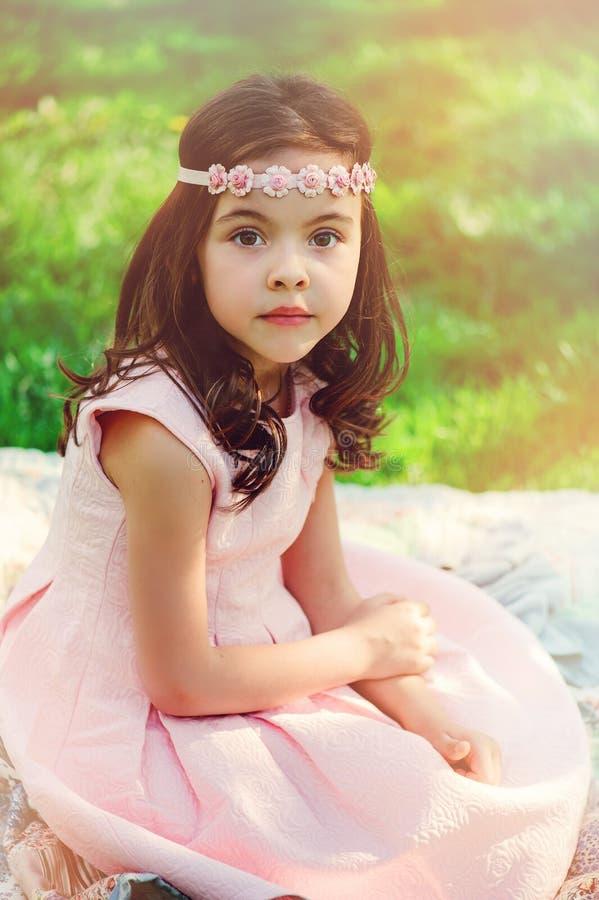 Muchacha elegante adorable del niño en jardín de la primavera foto de archivo