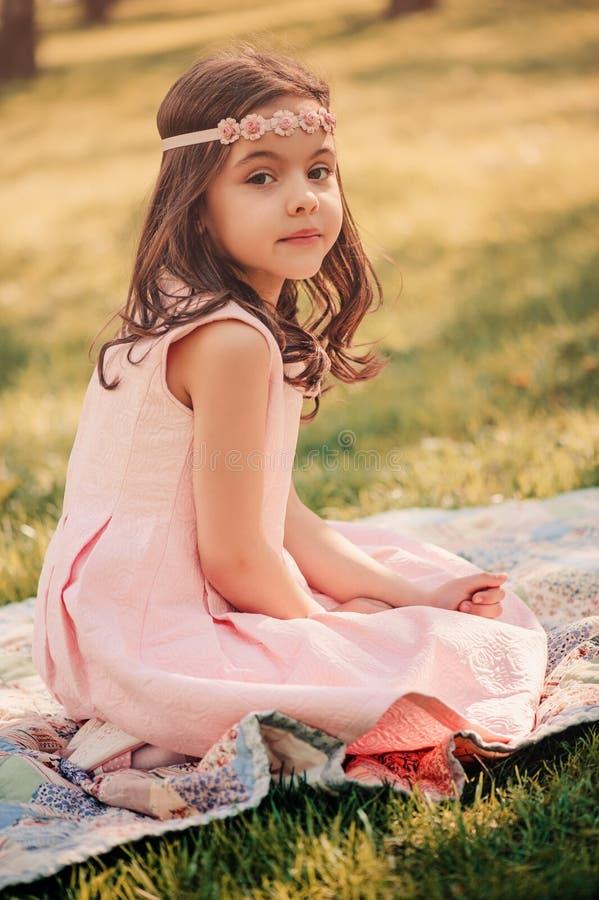 Muchacha elegante adorable del niño en jardín de la primavera imagen de archivo