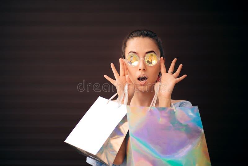 Muchacha elegante con compras olográficas de los accesorios imagen de archivo libre de regalías