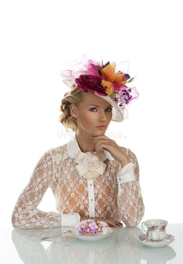 Muchacha elegante con la torta y la taza de té fotografía de archivo libre de regalías