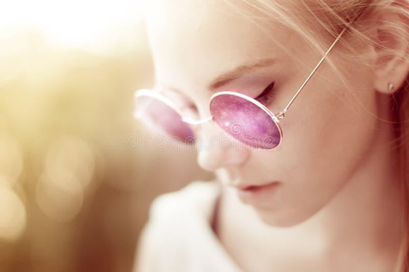 Muchacha elegante con las gafas de sol retras redondas púrpuras imágenes de archivo libres de regalías