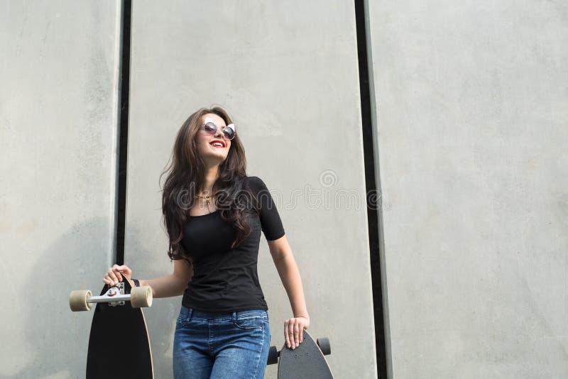 Muchacha elegante del adolescente con dos longboards fotos de archivo libres de regalías