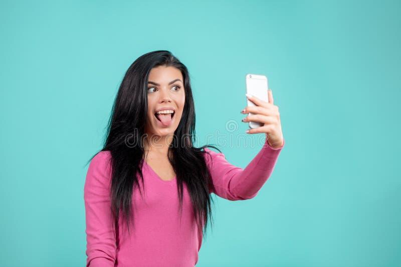 Muchacha elegante divertida que hace el selfie para enviarlo a sus amigos imagen de archivo libre de regalías