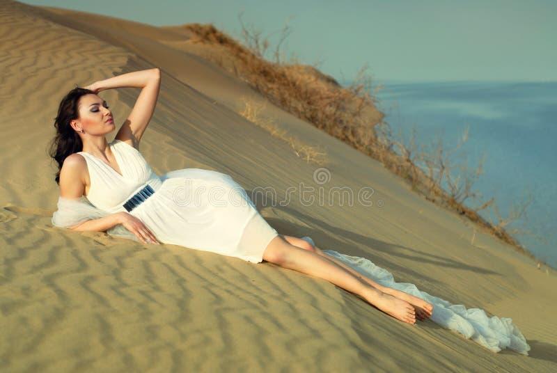 Muchacha elegante en la arena fotos de archivo