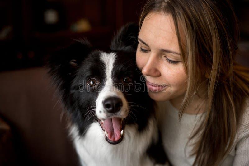 Muchacha elegante hermosa del retrato con el border collie del perro fotos de archivo libres de regalías