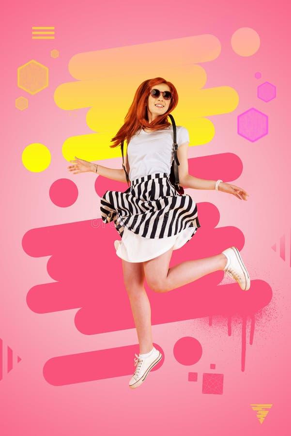 Muchacha elegante que lleva el vestido blanco y negro y las zapatillas de deporte que saltan la alta sensación feliz foto de archivo libre de regalías