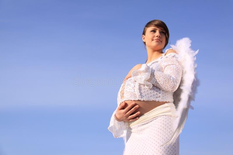 Muchacha embarazada con las alas del ángel imágenes de archivo libres de regalías