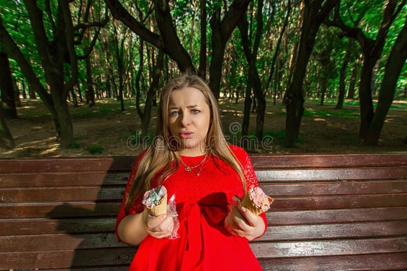Muchacha embarazada en el parque imagenes de archivo