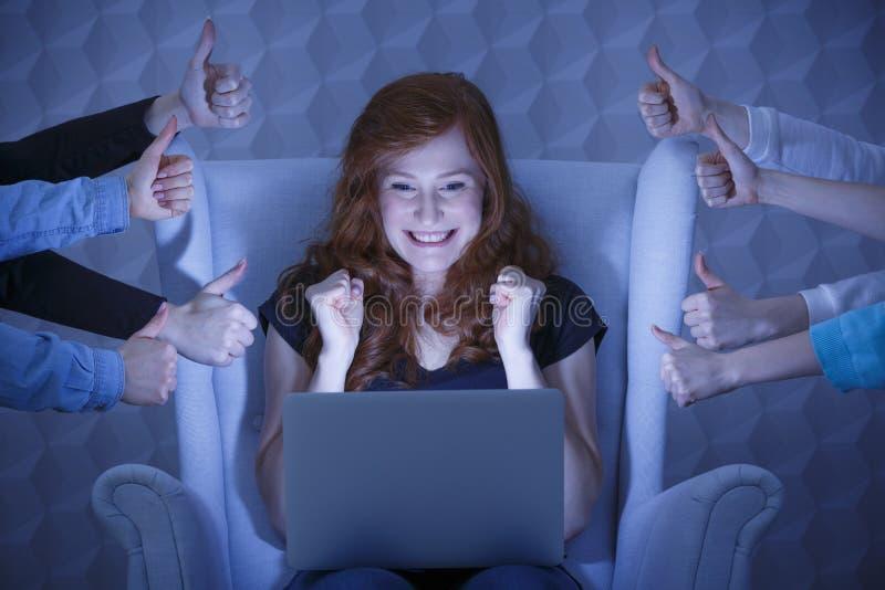 Muchacha emocionada con el ordenador portátil foto de archivo libre de regalías