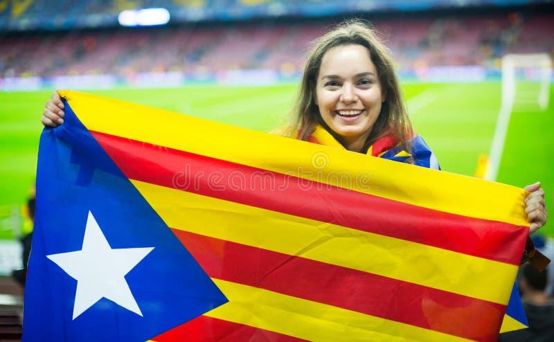 Muchacha emocionada con la bandera de Cataluña imagenes de archivo