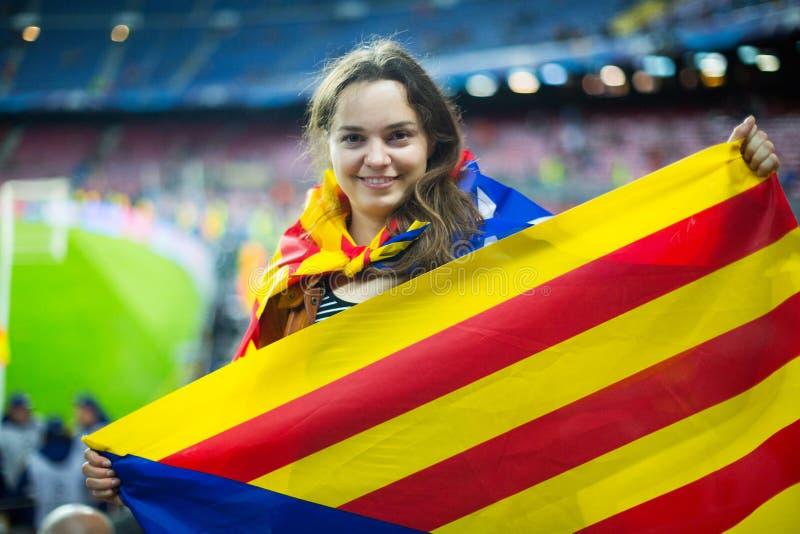 Muchacha emocionada con la bandera de Cataluña imagen de archivo