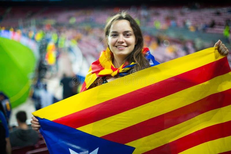 Muchacha emocionada con la bandera de Cataluña foto de archivo libre de regalías