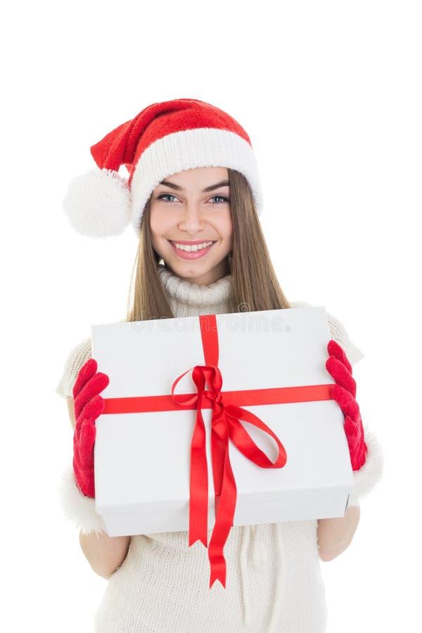 Muchacha emocionada con la caja de regalo y el sombrero blancos grandes de Papá Noel fotos de archivo libres de regalías