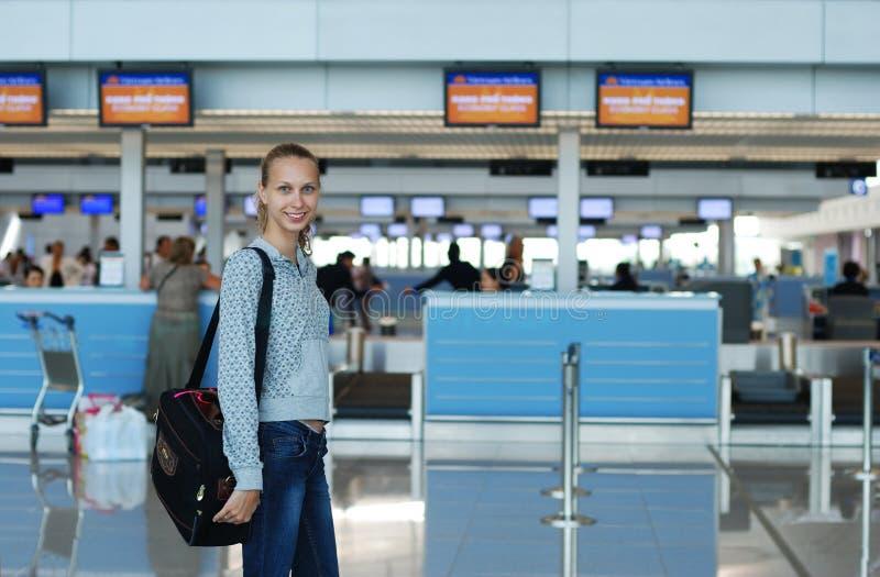 Muchacha en aeropuerto imagenes de archivo