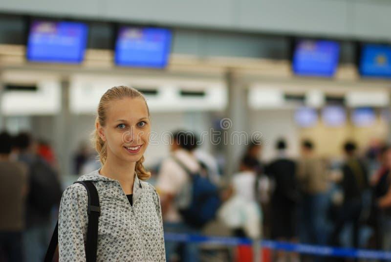 Muchacha en aeropuerto imágenes de archivo libres de regalías