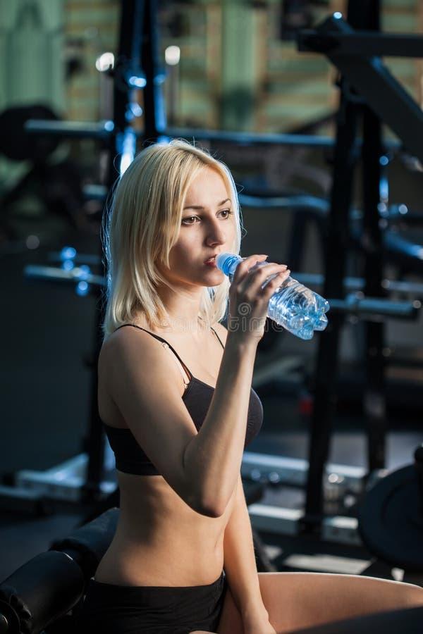 Muchacha en agua potable de la gimnasia imagenes de archivo