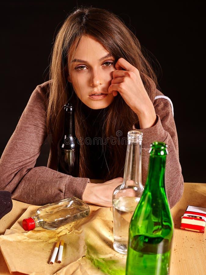 Muchacha en alcohol de consumición de la depresión fotos de archivo libres de regalías