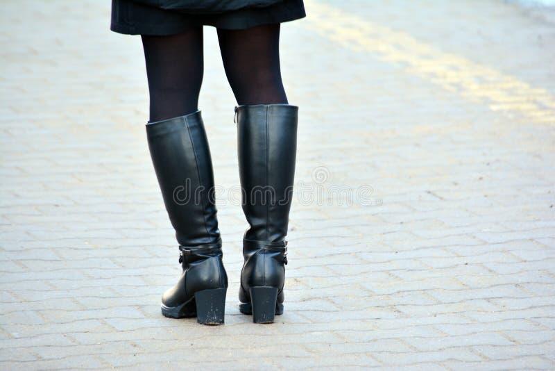 Muchacha en altas botas negras foto de archivo