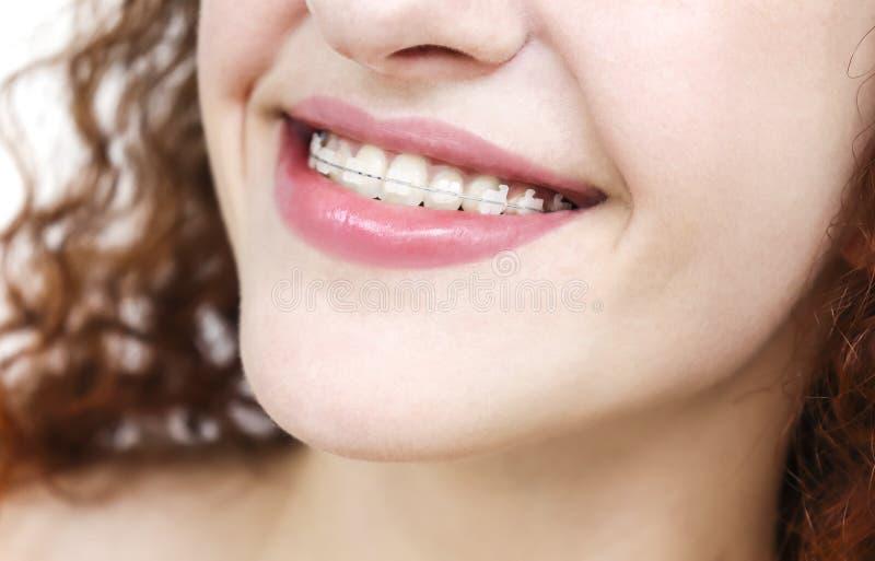 Muchacha en apoyos Cierre feliz de la sonrisa para arriba imagenes de archivo