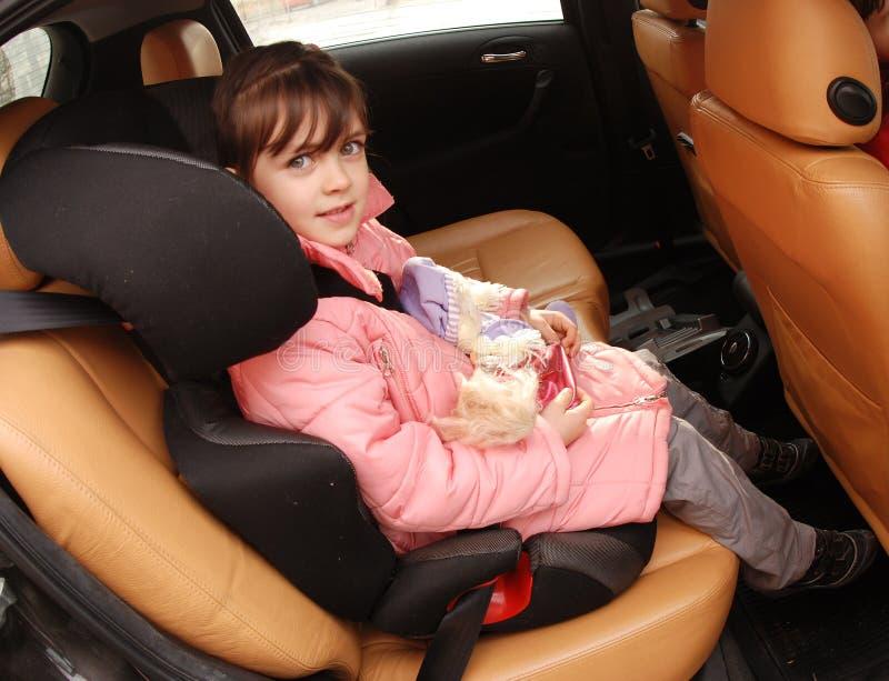 Muchacha en asiento de coche imagenes de archivo
