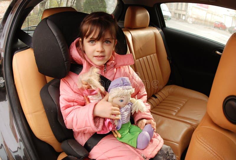 Muchacha en asiento de coche fotos de archivo