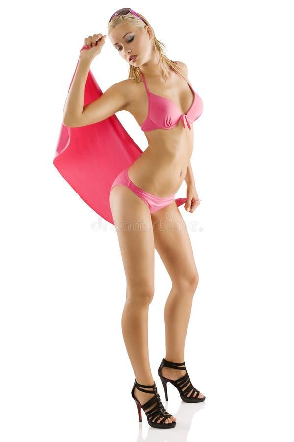 Muchacha en bikiní rosado con el pelo mojado foto de archivo libre de regalías
