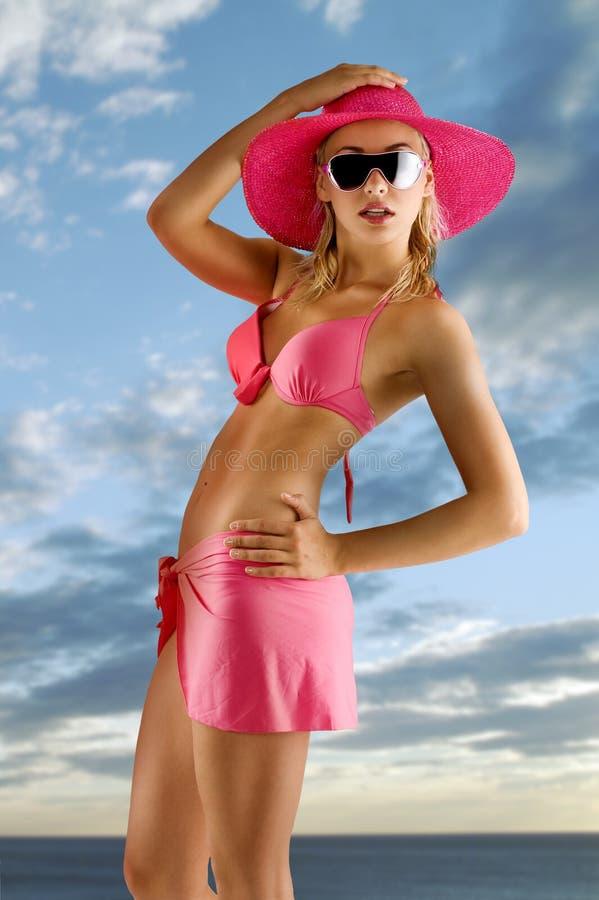 Muchacha en bikiní rosado con el sombrero foto de archivo libre de regalías