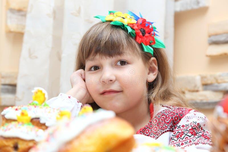 Muchacha en bordado ucraniano imagen de archivo