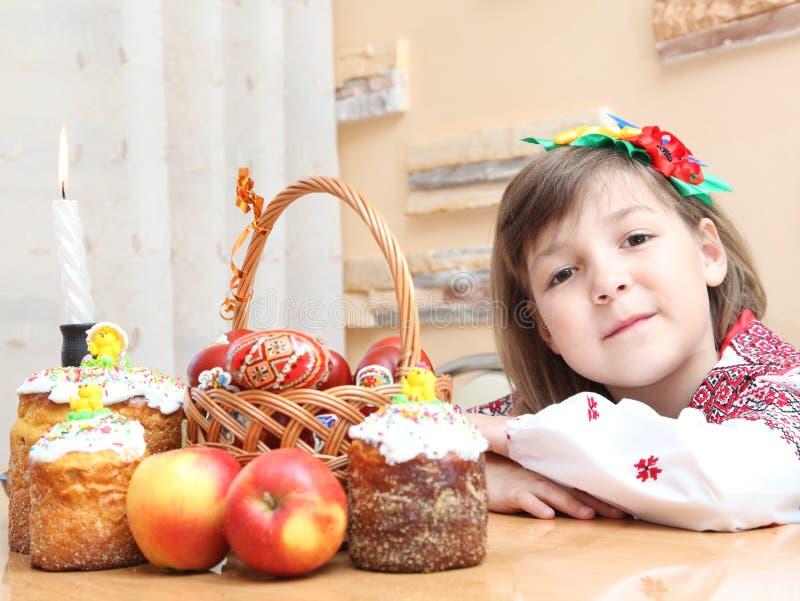 Muchacha en bordado ucraniano fotos de archivo