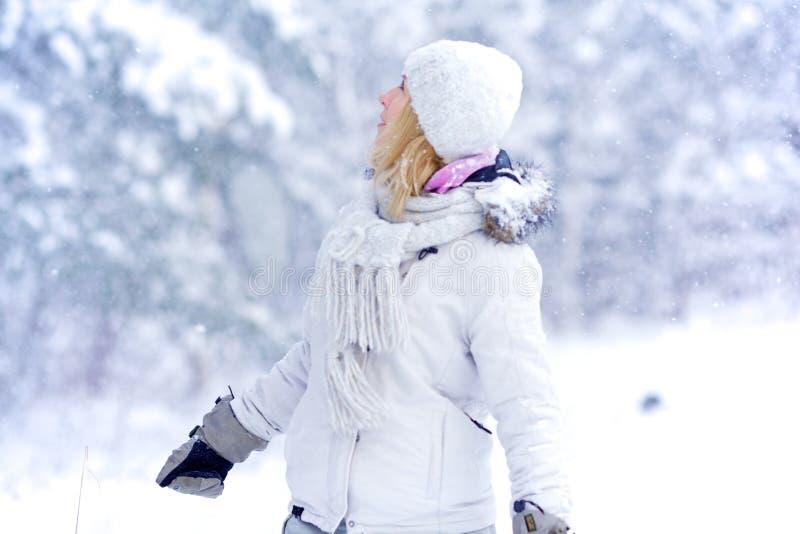 Muchacha en bosque nevoso fotos de archivo