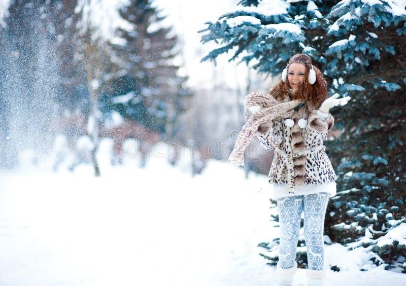 Muchacha en bosque nevoso foto de archivo libre de regalías