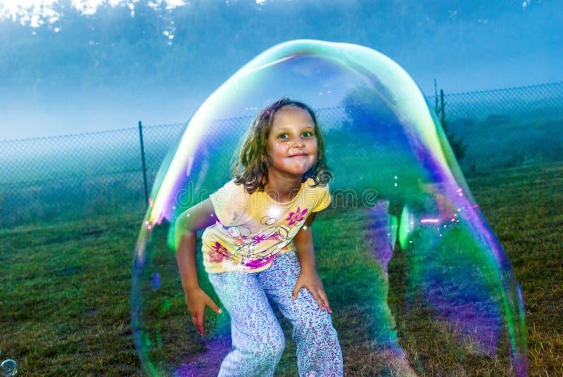 Muchacha en burbuja de jabón imagenes de archivo