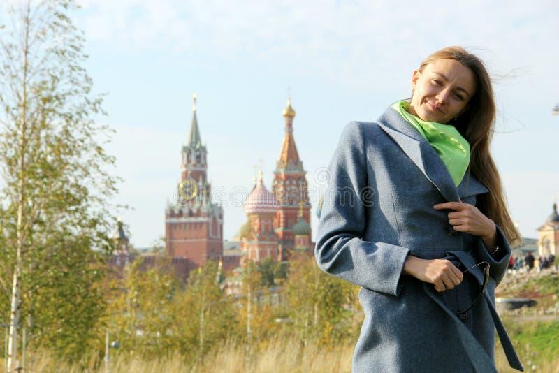Muchacha en caída cerca del Kremlin foto de archivo