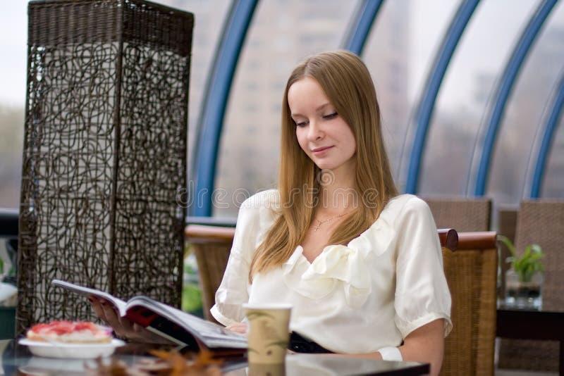 Muchacha en café imagen de archivo