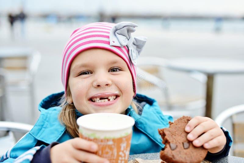 Muchacha en café al aire libre foto de archivo libre de regalías