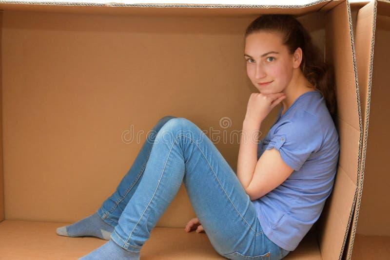 Muchacha en caja de cartón fotos de archivo libres de regalías