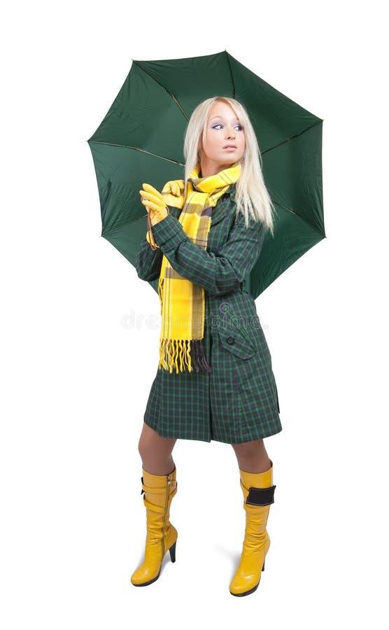 Muchacha en capa verde con el paraguas sobre blanco foto de archivo libre de regalías