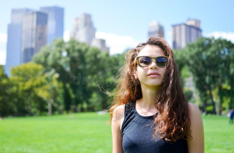 Download Muchacha En Central Park, Nueva York Foto de archivo - Imagen de manhattan, adulto: 100530446