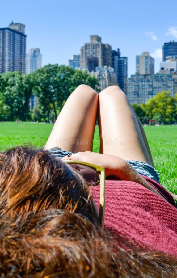 Download Muchacha En Central Park, Nueva York Imagen de archivo - Imagen de manhattan, día: 100530511
