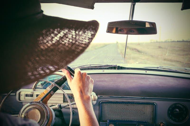 Muchacha en coche retro imágenes de archivo libres de regalías