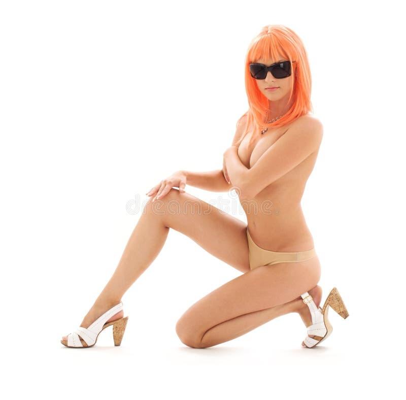 Muchacha en cortinas con el pelo anaranjado fotos de archivo