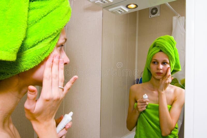 Muchacha en cuarto de baño fotografía de archivo libre de regalías