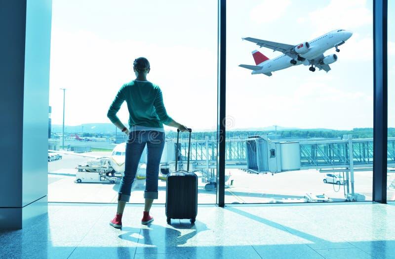 Muchacha en el aeropuerto fotos de archivo
