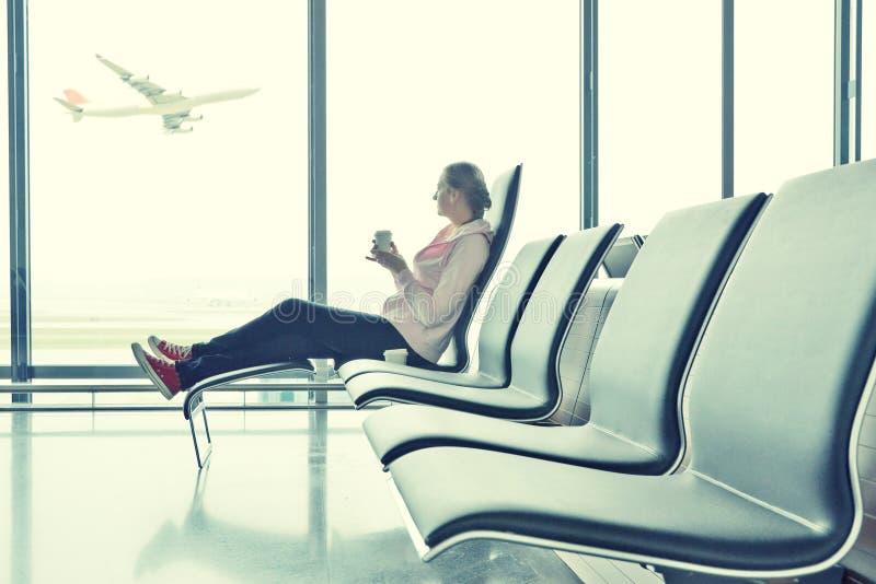 Muchacha en el aeropuerto foto de archivo