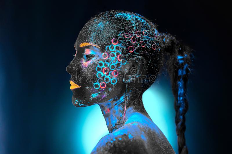 Muchacha en el arte de cuerpo de neón fotografía de archivo